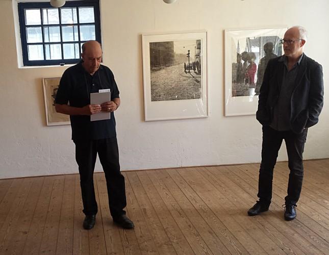 Karl Haskel inviger utställningen. Mikael Kihlman till höger